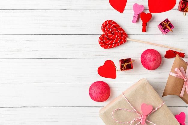 Valentinstagdekorationen mit lutscher in form des herzens, der geschenkboxen und der süßigkeiten