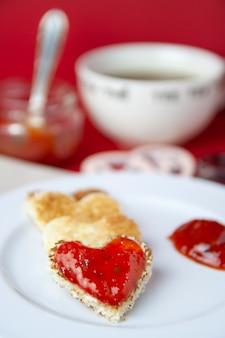 Valentinstagfrühstück auf rotem hintergrund