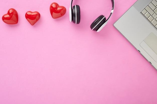 Valentinstaggeschenk in der feiertagsdekoration copyspace rote geschenkbox mit einer roten schleife auf einem rosa hintergrund mit roten herzen feiertagswebbanner