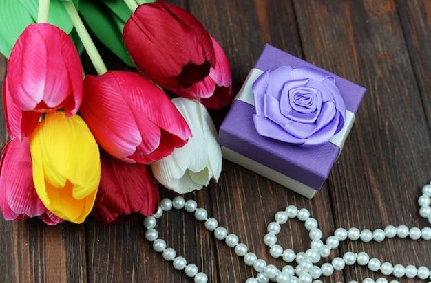 Valentinstaggeschenkbox mit bogen mit tulpenblumen