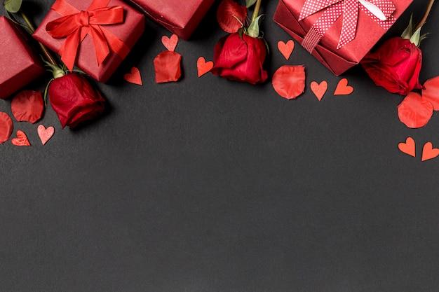 Valentinstaggeschenke mit rosen und blütenblättern