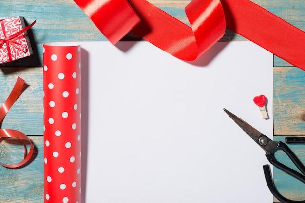 Valentinstaggrußkarte über hölzernem hintergrund auch im corel abgehobenen betrag. draufsicht mit kopienraum