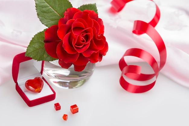 Valentinstagherz, rotrose und geschenkbox lokalisiert auf weiß