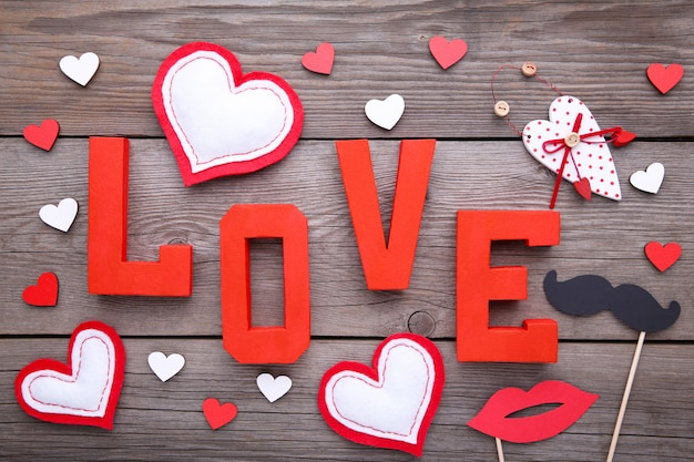 Valentinstaghintergrund mit dekoration auf grauem hintergrund.