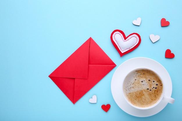 Valentinstaghintergrund mit dekoration. zusammensetzung auf blauem hintergrund.