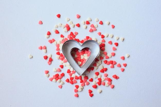 Valentinstaghintergrund mit den roten und weißen herzen