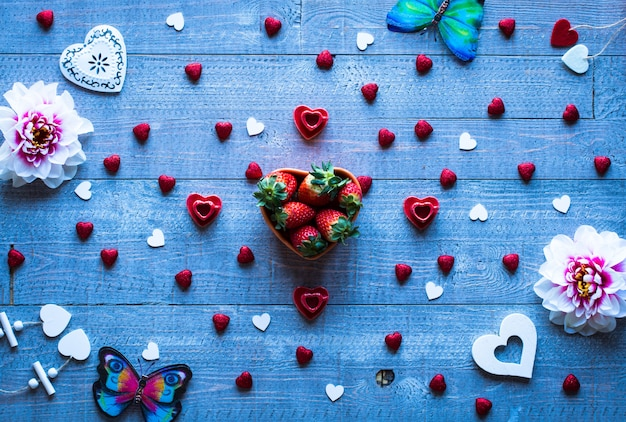 Valentinstaghintergrund mit herzen und verschiedenen romentic elementen