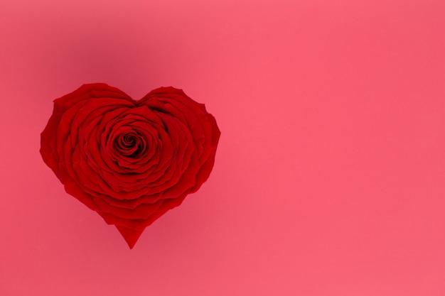 Valentinstaghintergrund mit rotem rosenherz