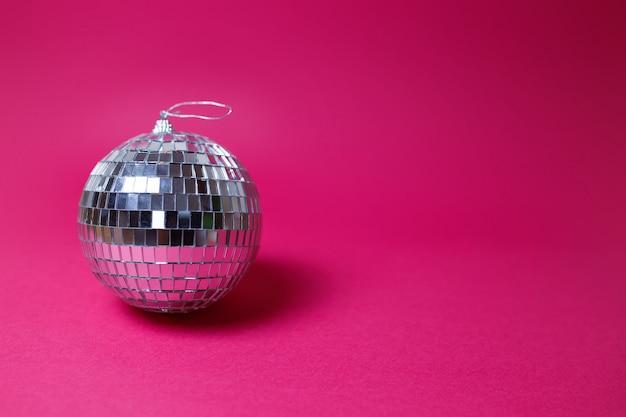 Valentinstagkarte auf rosa hintergrund. helle discokugel, buntes bild, parteithema.