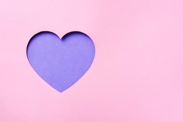 Valentinstagkarte. cutted-herz im schlagkräftigen pastellpapierhintergrund.