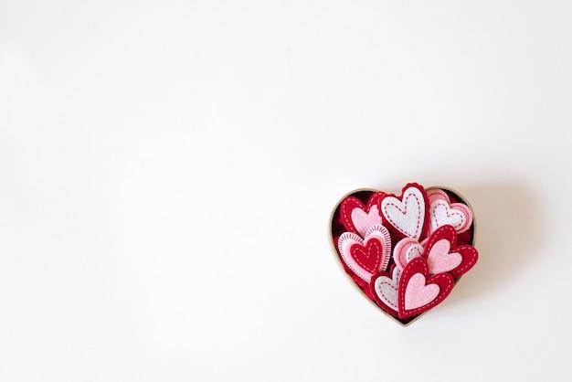 Valentinstagkarte mit dem raumkopieren. kasten mit herzen auf einem weißen hintergrund