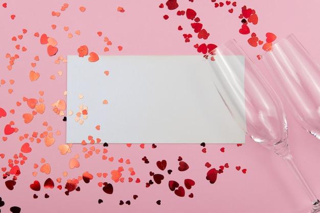 Valentinstagkonzept auf einem rosa hintergrund mit dekorationen. das konzept des valentinstags, hochzeiten, verlobungen, muttertag, geburtstag, neujahr, weihnachten und andere feiertage.