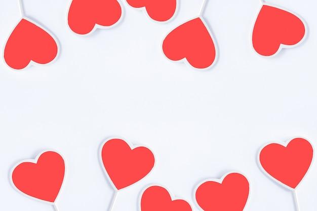 Valentinstagkonzept lokalisiert auf weißem hintergrund