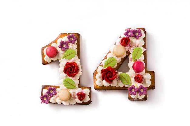 Valentinstagkuchen mit zahl mit den blumen verziert auf weiß