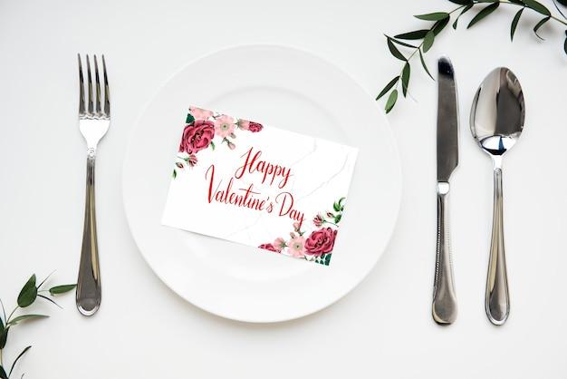 Valentinstagskarte auf einem teller