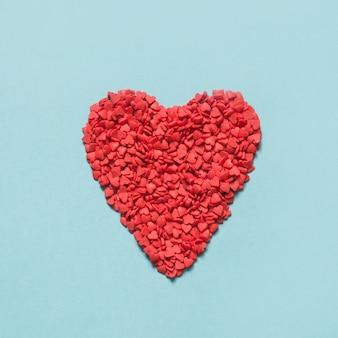 Valentinstagskarte. kreatives herz von roten konfettis. von oben betrachten. flach liegen.