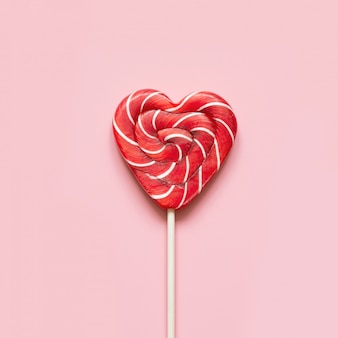 Valentinstagskarte. lutschersüßigkeit als herz auf rosa. lustiges konzept.