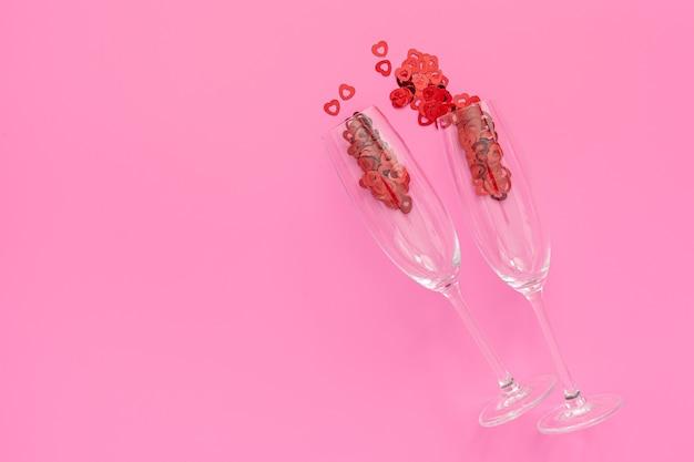 Valentinstagskonzept aus süßigkeiten in form von roten herzen