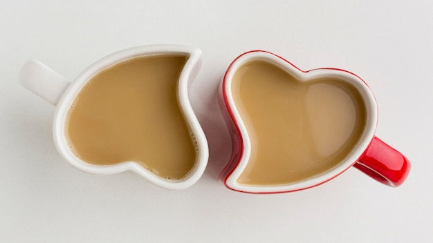 Valentinstagskonzept mit herzförmigen bechern