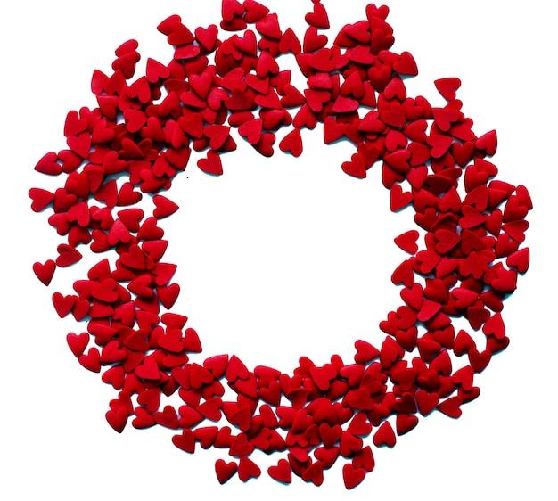 Valentinstagskonzept mit roten bonbons isoliert