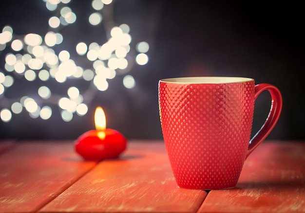 Valentinstagskonzept mit tasse heißem getränk