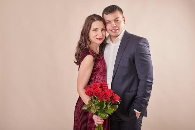 Valentinstagspaar mit rosen