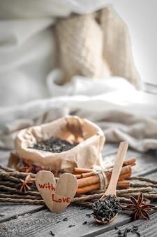 Valentinstagstillleben mit tee und einem herzen auf hölzernem hintergrund