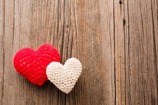 Valentinstagverzierungen auf hölzernem hintergrund- und kopienraum