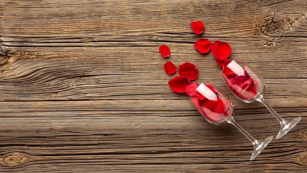 Valentinstagzusammensetzung mit champagnergläsern und kopienraum