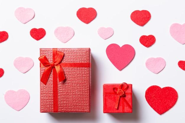 Valentinstagzusammensetzung mit geschenken und herzen