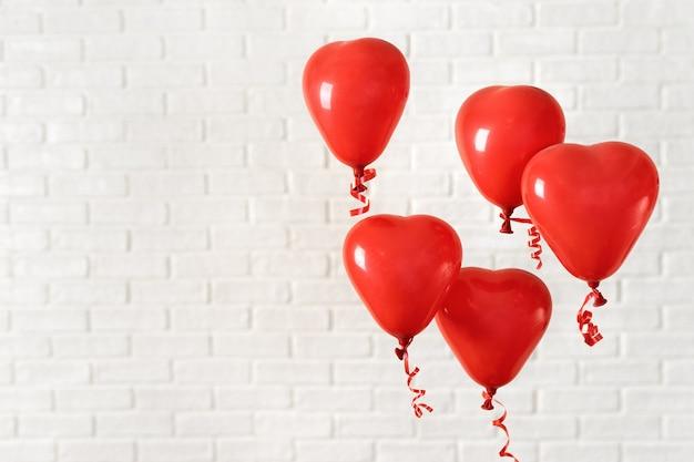 Valentinstagzusammensetzung mit roten ballons auf weiß