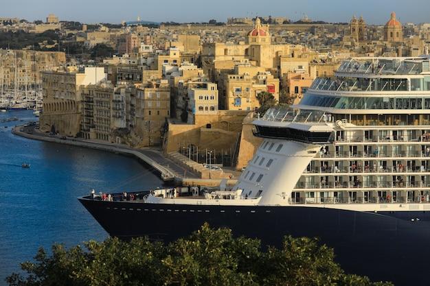 Valletta malta - 1. april 2018: passagiere, die auf der dachterrasse des kreuzfahrtschiffes stehen und die ansicht der stadt valletta, malta betrachten