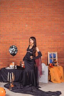 Vampir halloween frauenporträt. schönheits-sexy vampirs-mädchen, mode-kunstentwurf. attraktives vorbildliches mädchen im halloween-kostüm