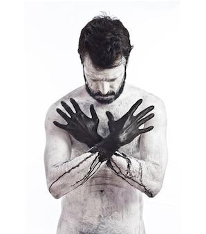 Vampir mit schwarzen händen