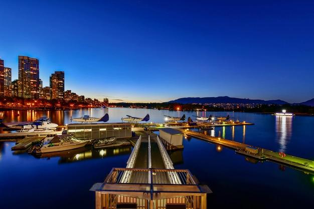 Vancouver-skyline mit hafen bei sonnenuntergang, britisch-columbia, kanada