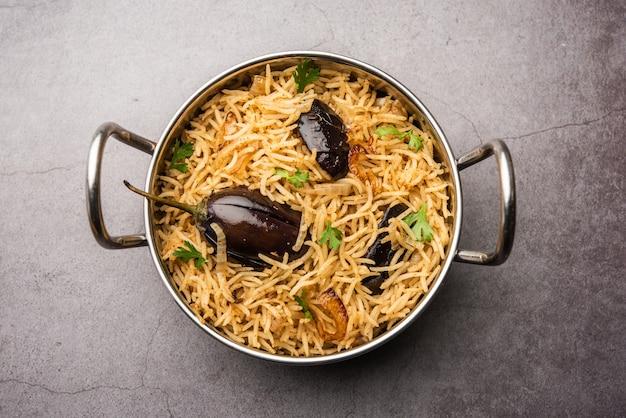 Vangibhath oder brinjal reis oder auberginen biryani serviert in einer schüssel oder karahi