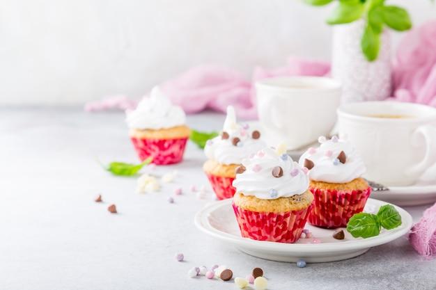 Vanille cupcakes mit weißer sahne