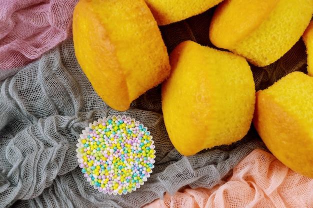 Vanille einfache cupcakes mit zuckerstreuseln