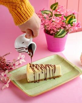 Vanille-käsekuchen mit mascarpone-frischkäse und schokolade auf teller