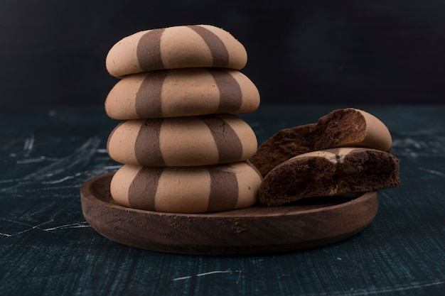 Vanille-kakao-kekse in einer hölzernen platte