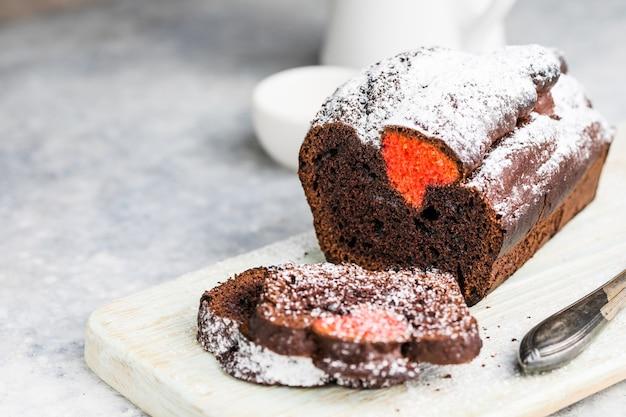 Vanille-pfund-kuchen mit roten herzen, backdessert für valentinstag
