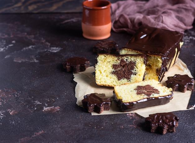 Vanille-pfund-kuchen mit schokoladenglasur, serviert mit schokoladenkekssternen