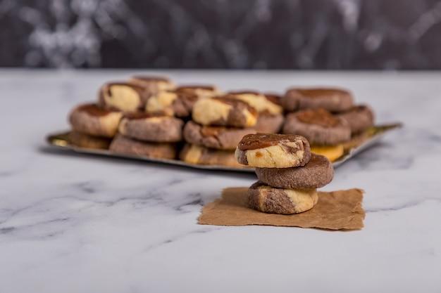 Vanille-schokolade und quitten-kekse auf marmor