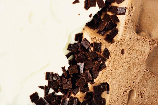 Vanille- und schokoladeneis geschöpft. sommer-food-konzept. süßer joghurtnachtisch oder braune eiscremebeschaffenheit.
