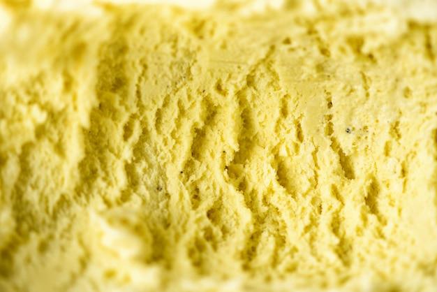 Vanilleeis geschöpft. sommer-food-konzept. süßer joghurtnachtisch oder gelbe eiscremebeschaffenheit.