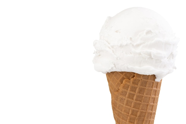 Vanilleeis in der tüte auf weiß
