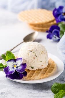Vanilleeis mit essbaren blüten