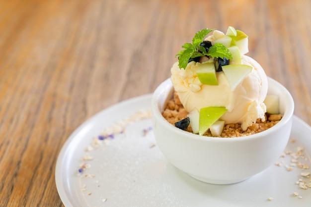 Vanilleeiscreme mit frischem apfel und apfelstreusel im café und restaurant
