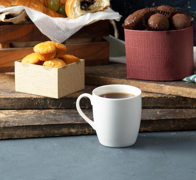 Vanillekekse und pralinen mit einer tasse tee