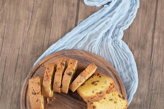 Vanillekuchen lokalisiert auf einer rustikalen holzplatte